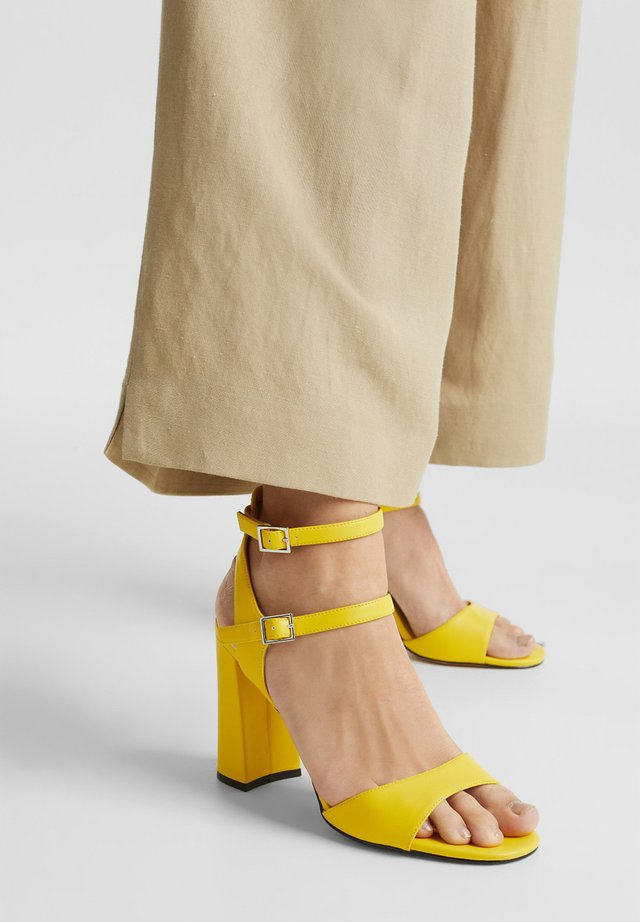 SANDALETTEN IN LEDER-OPTIK - Sandalen met hoge hak - yellow