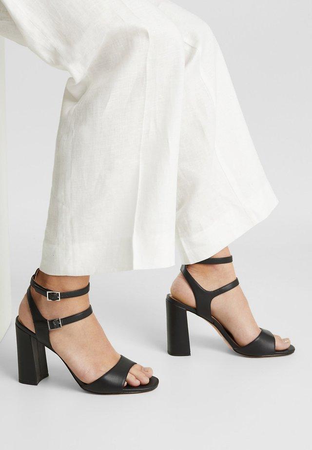 SANDALETTEN IN LEDER-OPTIK - Sandalen met hoge hak - black
