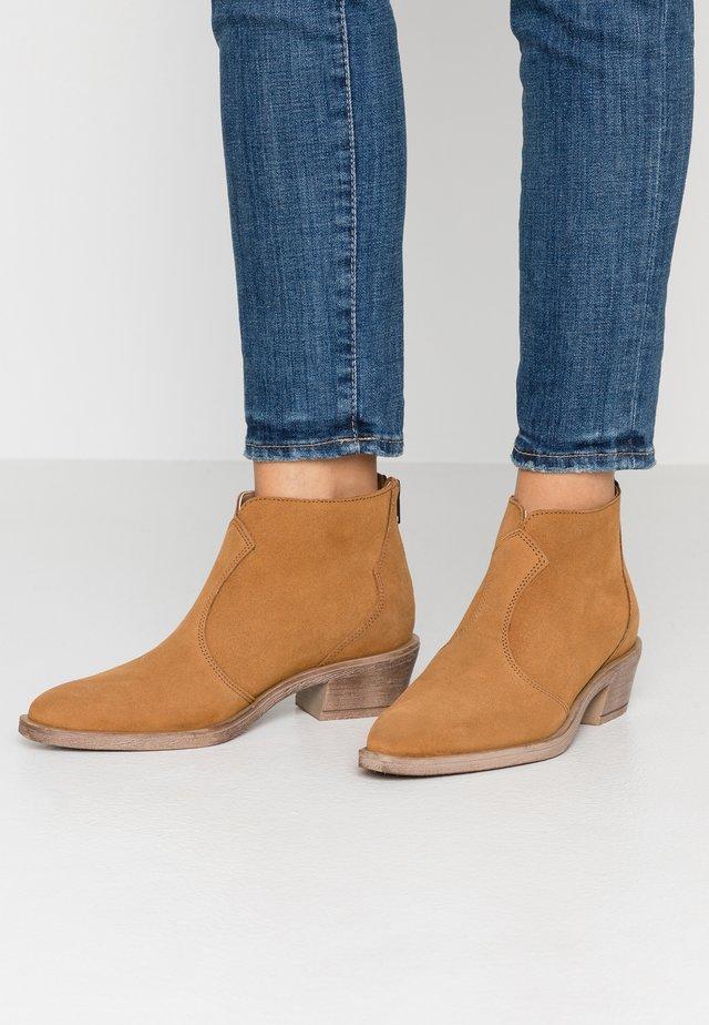 EMMA - Korte laarzen - rust brown