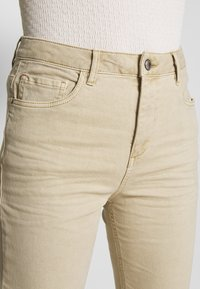 Esprit - MODERN - Jeans Tapered Fit - beige - 5