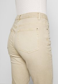 Esprit - MODERN - Jeans Tapered Fit - beige - 3