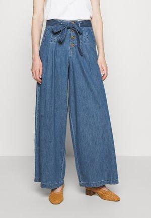 Flared Jeans - blue medium wash