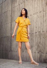 Esprit - Abito a camicia - brass yellow - 5