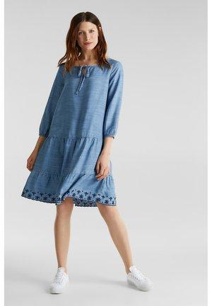 MIT STICKEREI - Denim dress - blue medium washed
