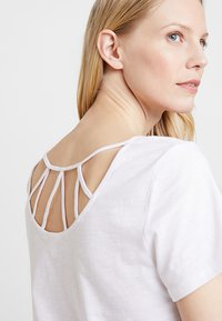 Esprit - TWISTED BACK - T-shirts med print - white - 5