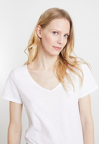 Esprit - TWISTED BACK - T-shirts med print - white - 3