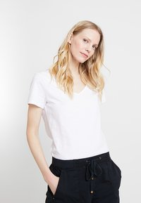 Esprit - TWISTED BACK - T-shirts med print - white - 0