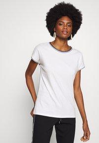 Esprit - CORE - T-shirt z nadrukiem - off-white - 0