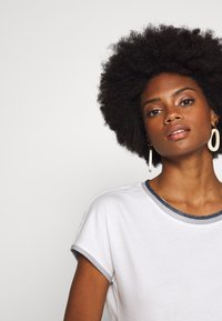 Esprit - CORE - T-shirt z nadrukiem - off-white - 3