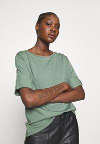 Esprit - TEXTURE - T-shirts med print - khaki green - 3