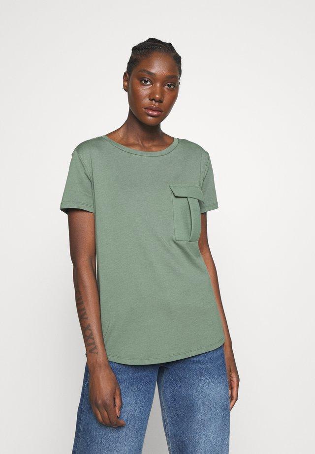 T-shirt con stampa - khaki green