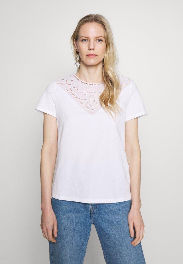 BANDANASCAF - Print T-shirt - white