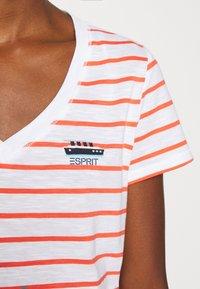 Esprit - CORE - T-shirt z nadrukiem - coral - 5