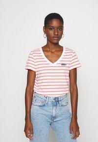 Esprit - CORE - T-shirt z nadrukiem - coral - 0