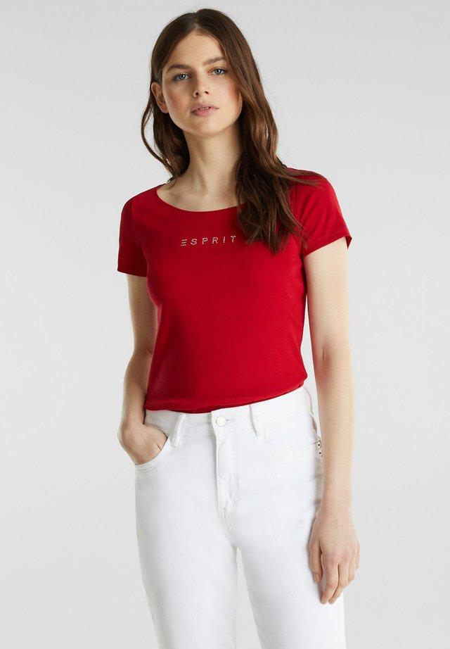 SHIRT MIT STRASS-LOGO, 100% BAUMWOLLE - T-shirt med print - dark red