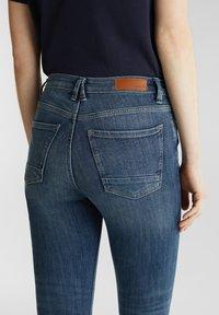 Esprit - KNÖCHELLANGE JEANS MIT OFFENEN SÄUMEN - Jeans Skinny Fit - blue dark washed - 5