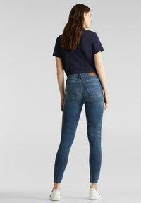 Esprit - KNÖCHELLANGE JEANS MIT OFFENEN SÄUMEN - Jeans Skinny Fit - blue dark washed - 2