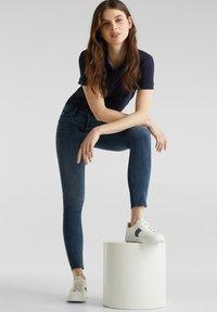 Esprit - KNÖCHELLANGE JEANS MIT OFFENEN SÄUMEN - Jeans Skinny Fit - blue dark washed - 1