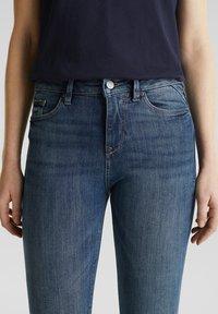 Esprit - KNÖCHELLANGE JEANS MIT OFFENEN SÄUMEN - Jeans Skinny Fit - blue dark washed - 4