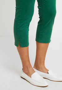 Esprit - CAPRI SLIM - Short - dark green - 3