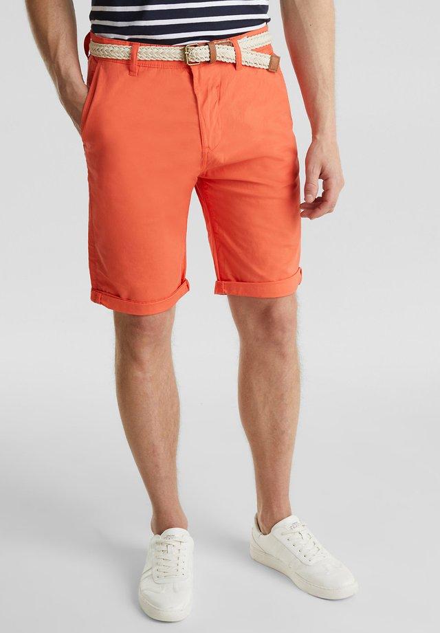 MIT GÜRTEL - Shorts - orange