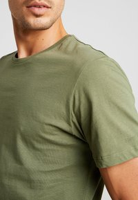 Esprit - 2 PACK - Camiseta básica - khaki green - 4