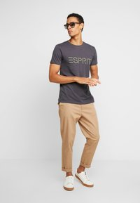 Esprit - NEW ICON - T-shirt med print - anthracite - 1