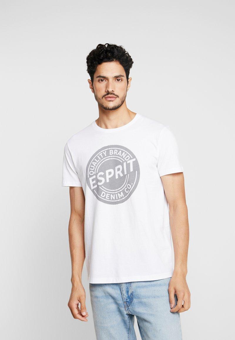 Esprit - BASIC LOGO - T-shirt z nadrukiem - white