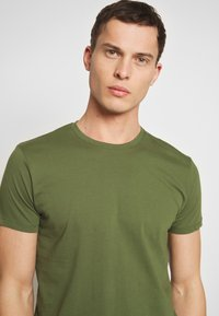 Esprit - Basic T-shirt - khaki green - 4