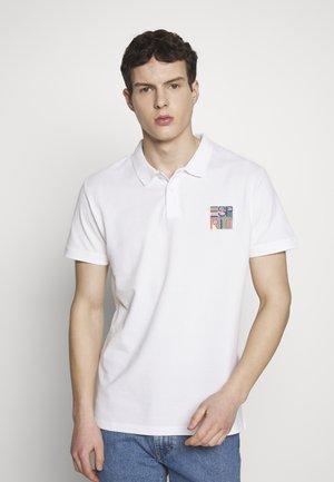 BADGE - Polo shirt - white
