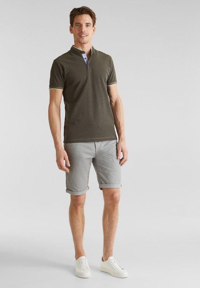 MIT STEHKRAGEN - T-shirt basic - olive