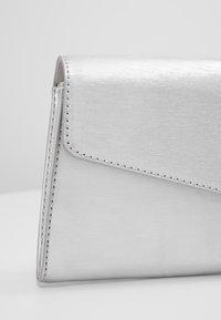 Esprit - MARGIE BAGUETTE - Håndtasker - silver - 6