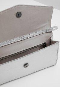 Esprit - MARGIE BAGUETTE - Håndtasker - silver - 4