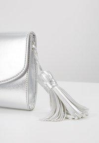 Esprit - TALY BAGUETTE - Pochette - silver - 5