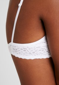 Esprit - DAILY MICRO PADDED - Underwired bra - white - 5