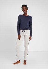 Esprit - JAYLA SINGLE PANTS LEG - Pantaloni del pigiama - light grey - 1