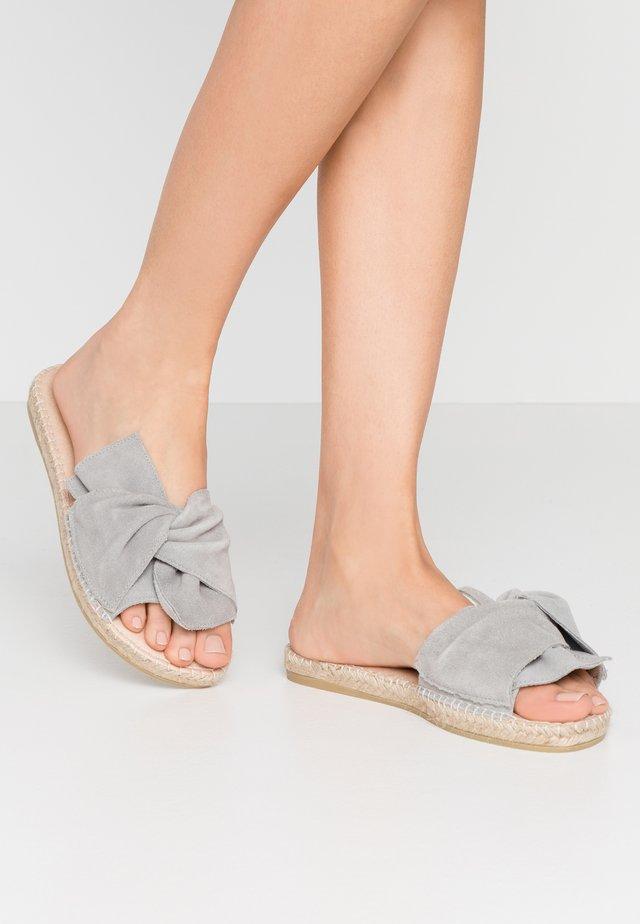 PLAGE  - Mules - gris