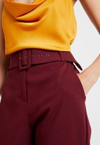 Esprit Collection - BELTED CHECK - Pantalon classique - garnet red - 4