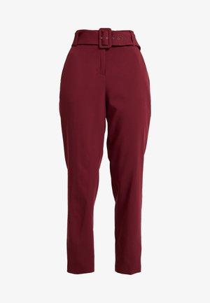 BELTED CHECK - Spodnie materiałowe - garnet red