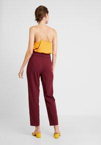 Esprit Collection - BELTED CHECK - Pantalon classique - garnet red - 2