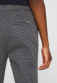 Esprit Collection - MIT STEIGBÜGEL-PRINT - Pantalon classique - navy - 5