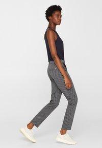 Esprit Collection - MIT STEIGBÜGEL-PRINT - Pantalon classique - navy - 3