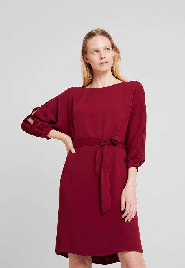 SHINY - Denní šaty - garnet red