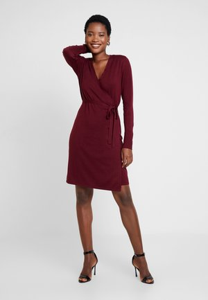 WRAPPED DRESS - Robe pull - garnet red