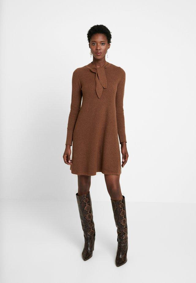 SKIN TIE - Vestido de punto - toffee