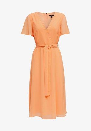 MIT WICKEL-EFFEKT - Korte jurk - orange
