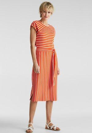 JERSEY-STRETCH-KLEID MIT STREIFEN-MIX - Jersey dress - red orange