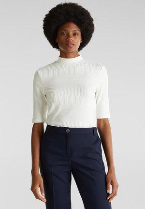 MIT STEHBUND UND STRUKTUR - Basic T-shirt - off white