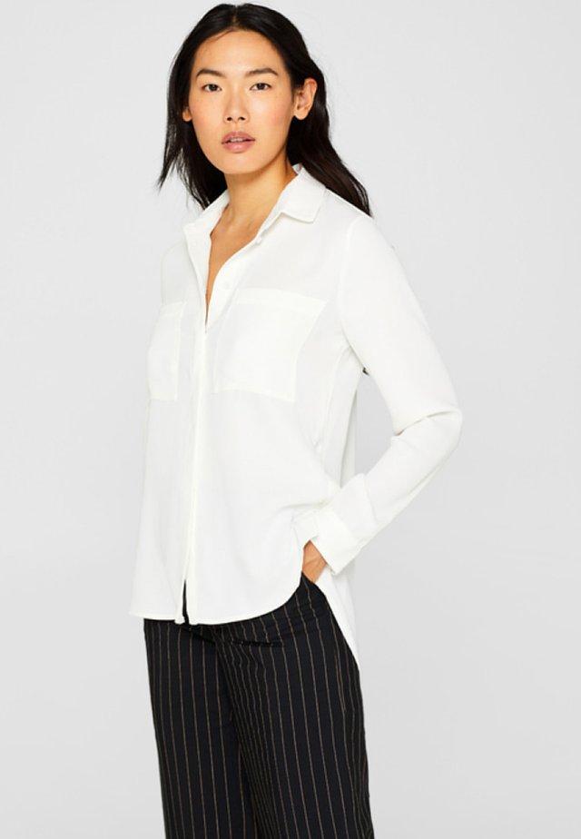 MIT AUFGESETZTEN TASCHEN - Camicia - off white