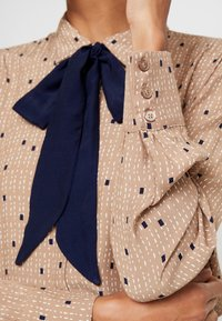 Esprit Collection - COLLAR BOW - Chemisier - camel - 5
